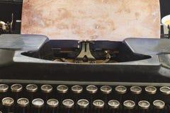 Machine à écrire avec la page vide Photo stock