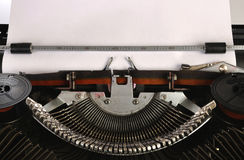Machine à écrire avec une page de papier blanche Images libres de droits
