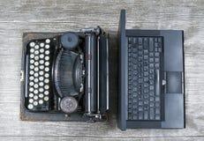 Machine à écrire contre Ordinateur portatif photos stock