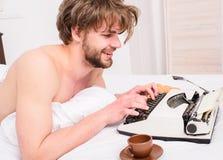 Machine à écrire démodée utilisée par auteur d'auteur L'auteur occupé écrivent venir de date-butoir de chapitre Auteur profession photographie stock libre de droits