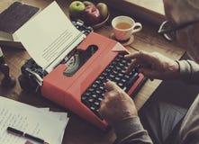 Machine à écrire dactylographiant à rétro littérature nouvelle le vieux concept image stock