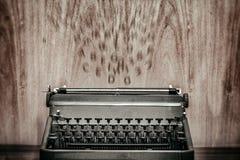 Machine à écrire de vintage avec des lettres de vol sur le fond, suggérant l'inspiration Photographie stock libre de droits