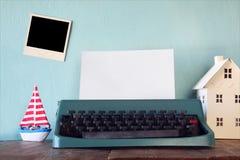 Machine à écrire de vintage avec la page vide et le cadre vide de photo Images libres de droits