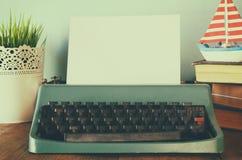 Machine à écrire de vintage avec la page vide sur la table en bois Photos libres de droits