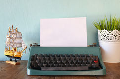 Machine à écrire de vintage avec la page vide sur la table en bois Image libre de droits