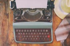 Machine à écrire de vintage avec la page vide sur la table en bois Images stock