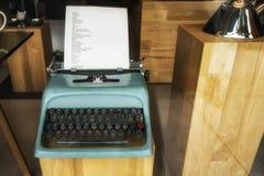 Machine à écrire de vintage de Sous-bois-Olivetti photographie stock libre de droits