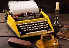 Machine à écrire de vintage et tasse de café Photographie stock