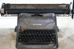 Machine à écrire en acier mise hors jeu de vieille école de marque d'Olivetti Photographie stock libre de droits