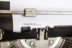 Machine à écrire montrant la page de chargement Image stock