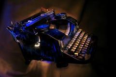 Machine à écrire noire antique peinte avec la lumière. Photo stock