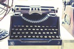 Machine à écrire rétro et couleur de vintage photographie stock