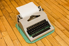 Machine à écrire soviétique de vintage sur un plancher en bois Photo libre de droits