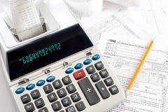 Machine à calculer avec des déclarations d'impôt Photos libres de droits