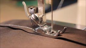 Machine à coudre étroite au rythme lent banque de vidéos
