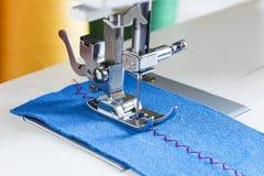 Machine à coudre, aiguille et tissu Photo stock