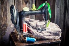 Machine à coudre avec des ciseaux, des fils colorés et le tissu Photo libre de droits