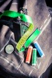 Machine à coudre avec la bande de tailleur, l'aiguille et les fils colorés Images stock