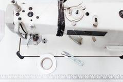Machine à coudre avec la vue supérieure d'outils, l'espace libre Photo libre de droits