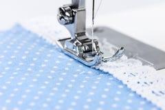 Machine à coudre avec le tissu bleu Images stock