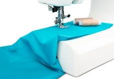 Machine à coudre avec le tissu bleu Photo stock