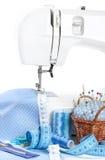 Machine à coudre avec le tissu et les accessoires Photos libres de droits