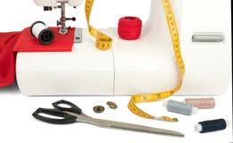 Machine à coudre avec le tissu, les fils et la bande Photos stock