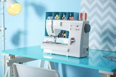 Machine à coudre avec le tissu sur la table Image libre de droits