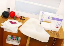 Machine à coudre, broderie, détails et tissu blancs Image stock