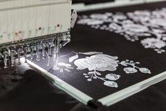 Machine à coudre dans le travail, tissu de textile, personne Photo stock