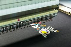 Machine à coudre dans le travail, tissu de textile, personne Photo libre de droits