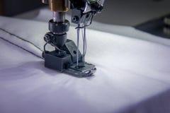 Machine à coudre de double aiguille professionnelle avec le tissu blanc Photos stock