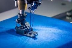 Machine à coudre de double aiguille professionnelle avec le tissu bleu Photo libre de droits