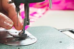 Machine à coudre de filetage d'ouvrière couturière Images stock