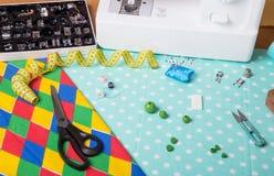 Machine à coudre, ensemble de pieds interchangeables, accessoires de couture sur le fond du tissu Images libres de droits