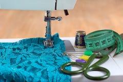 Machine à coudre et accessoires de couture sur la table en bois Image stock