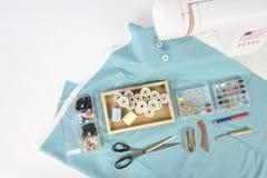 Machine à coudre et petits pains de fil, ciseaux, tissu et a colorés Images stock