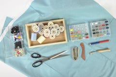 Machine à coudre et petits pains de fil, ciseaux, tissu et a colorés Image libre de droits