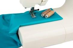 Machine à coudre et tissu d'isolement sur le blanc Photo libre de droits