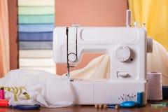 Machine à coudre et tissu dans le travail, près des accessoires de couture Photos stock