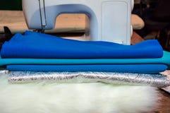 Machine à coudre et tissu Le lieu de travail d'une ouvrière couturière Photo libre de droits