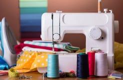 Machine à coudre moderne, bobine avec la fibre, accessoires de couture Photos libres de droits