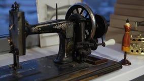 Machine à coudre, ouvrière couturière cousant à la machine et mains du ` s de femmes Machine à coudre antique Franklin La jeune f Image stock