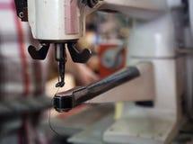 Machine à coudre pour des chaussures dans le studio Photos libres de droits