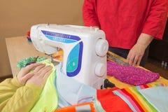 Machine à coudre Processus de couture pendant la phase d'overstitching Travail de couturière sur la machine à coudre Tailleur fai Photos stock