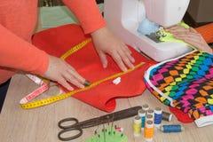 Machine à coudre Processus de couture pendant la phase d'overstitching Travail de couturière sur la machine à coudre Tailleur fai Image stock