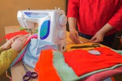 Machine à coudre Processus de couture pendant la phase d'overstitching Travail de couturière sur la machine à coudre Tailleur fai Photos libres de droits