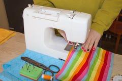 Machine à coudre Processus de couture pendant la phase d'overstitching Travail de couturière sur la machine à coudre Tissu de cou Photo libre de droits