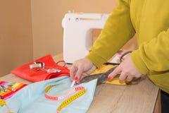 Machine à coudre Processus de couture pendant la phase d'overstitching Travail de couturière sur la machine à coudre Tissu de cou Photos libres de droits