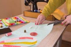 Machine à coudre Processus de couture pendant la phase d'overstitching Travail de couturière sur la machine à coudre Tissu de cou Images stock